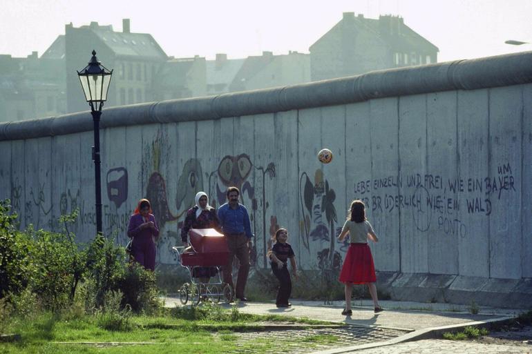 Burası Kreuzberg, Berlin. Yıl 1981. Berlin Duvarı'nın üzerindeki yazı ise çok tanıdık: Yaşamak bir ağaç gibi tek ve hür ve bir orman gibi kardeşçesine...